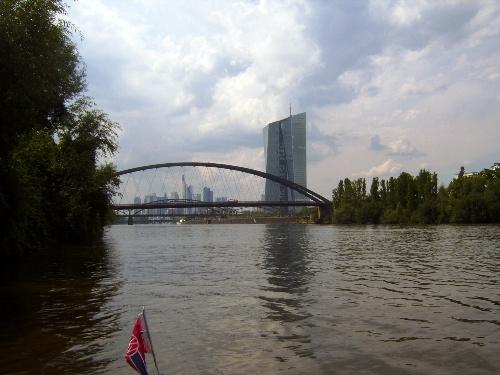 Hochsommer auf dem Main. Etwa in der Bildmitte das neue Hochhaus der EZB (Europ. Zentralbank), Hintergrund die Skyline von Frankfurt (23.07.2014 / Klepper T6).