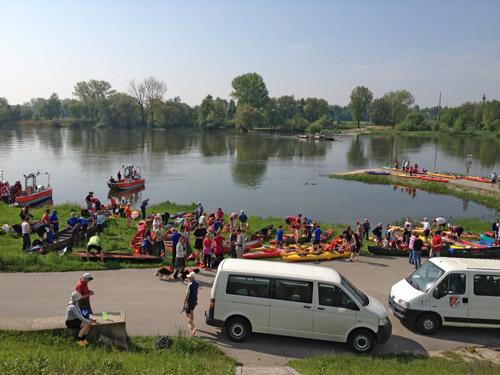 """Start zur """"Fahrt zur Erhaltung der frei fließenden Donau"""" am 9. Mai 2013. Ort Fähre Mariaposching. Faltbootanteil bei der Fahrt zwischen 5 und 10%."""